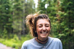 Ragazza sorridente con corona dentale