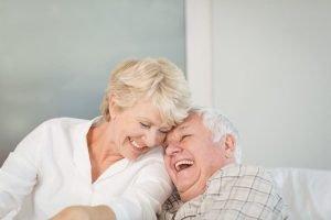 Coppia di signori sostituiscono dentiera con implantologia dentale